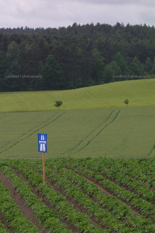 An arts projects protests againts a new planned highway in arural german region. Als Kunst- und Protestaktion gegen Baupläne für die Autobahnen A 39 und A14 haben Trassengegner  Autobahnschilder in die Landschaft des Landkreises Lüchow-Danneberg gestellt. Sie wollten damit auf den Flächenverbrauch und die Landschaftverschandelung hinweisen, sollten die Pläne umgesetzt werden.
