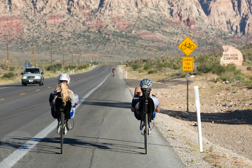 Christien Veelenturf en Rik Houwers trainen op de fietsstrook langs de weg bij Red Rock Canyon. Beide fietsers zijnet het Human Power Team Delft en Amsterdam in Amerika voor de de World Human Powered Speed Challenge. Tijdens deze wedstrijd wordt geprobeerd zo hard mogelijk te fietsen op pure menskracht. Ze halen snelheden tot 133 km/h. De deelnemers bestaan zowel uit teams van universiteiten als uit hobbyisten. Met de gestroomlijnde fietsen willen ze laten zien wat mogelijk is met menskracht. De speciale ligfietsen kunnen gezien worden als de Formule 1 van het fietsen. De kennis die wordt opgedaan wordt ook gebruikt om duurzaam vervoer verder te ontwikkelen.<br /> <br /> In Battle Mountain (Nevada) each year the World Human Powered Speed ??Challenge is held. During this race they try to ride on pure manpower as hard as possible. Speeds up to 133 km/h are reached. The participants consist of both teams from universities and from hobbyists. With the sleek bikes they want to show what is possible with human power. The special recumbent bicycles can be seen as the Formula 1 of the bicycle. The knowledge gained is also used to develop sustainable transport.