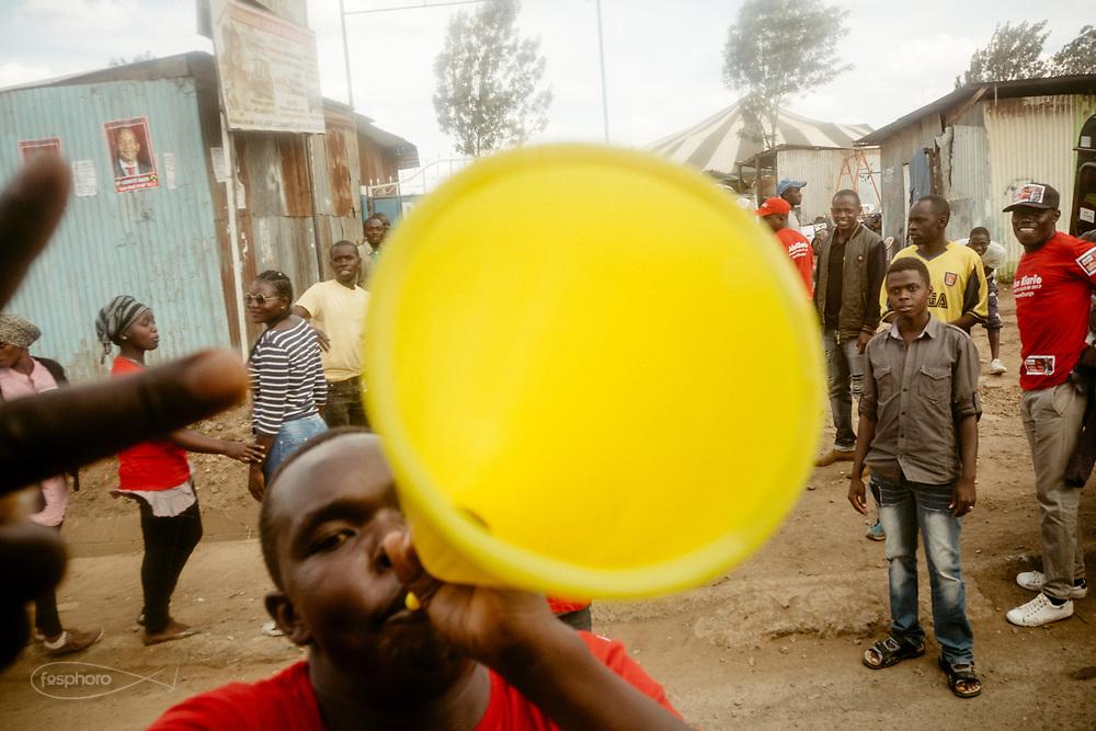 Kenia 2017: Un manifestante del partito Jubilee alle primarie per le elezioni presidenziali #vote #jubelee
