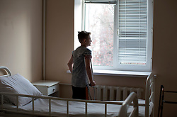 Ukraina<br /> Dennis 14, har varit intagen på sjukhuset i Donetsk i snart ett år. Han och sex andra kamrater hittade en granat som dom började lek med. Den exploderade och dödade två av hans vänner. Dennis och de andra skadades.<br /> <br /> Photo: Niclas Hammarström