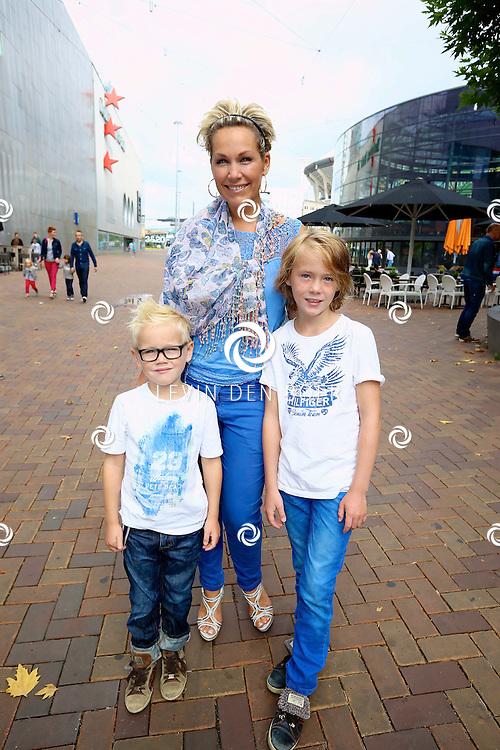 AMSTERDAM - Bij Pathé ArenA is de filmpremière De Smurfen II. Met op de foto  Tanja Jess met haar zonen Billy en Bobby.