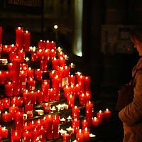 Una mujer prende una vela, en la catedral de Barcelona, España, en memoria del Papa Juan Pablo II. 06 de Abril 2005