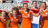 MONCHENGLADBACH - Lisa Scheerlinck, Maria Verschoor, Elsie Nix, Marloes Keetels en Lieke van Wijk. Vreugde bij Oranje.  Jong Oranje dames wint zondag in Monchengladbach de wereldtitel door de finale van het het WK-21 van  Argentinie te winnen. Het Nederlands hockeyteam wint na 1-1 de shout-outs. Foto Koen Suyk