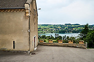 Kerk in Paladru met uitzicht op het meer van Paladru, Frankrijk - Church in Paladru with view to the lake of Paladru
