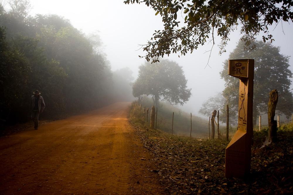Tiradentes_MG, Brasil...Circuito Estrada Real. Estrada de terra na zona rural de Tiradentes, Minas Gerais...The Real Road (Estrada Real) Circuit. The dirt road in the rural area in Tiradentes, Minas Gerais...Foto: LEO DRUMOND / NITRO