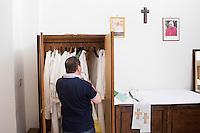 PALERMO, 29 LUGLIO 2015: Padre Antonio Guglielmi si prepara per la messa nella sacrestia della Parrocchia di Santa Lucia Borgovecchio, a Palermo il 29 luglio 2015.