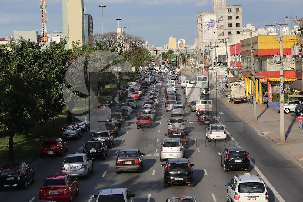 SAO PAULO, SP, 21.08.2013 - TRANSITO SAO PAULO - Transito intenso no final da tarde desta quarta-feira, 21 no inicio da Avenida Alcantara Machado (Radial Leste ) sentido bairro. (Foto: Vanessa Carvalho / Brazil Photo Press).