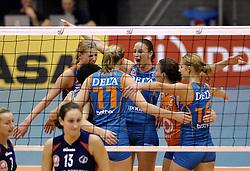 14-12-2006 VOLLEYBAL: DELA MARTINUS - VINO MONTESCHIAVO JESI: AMSTELVEEN<br /> Martinus verloor in vier sets, maar is nog steeds kansrijk om de eerste ronde van deze Europese topcompetitie te overleven (22-25, 17-25, 25-22, 22-25) / Chaine Staelens, Janneke van Tienen, Debby Stam, Riette Fledderus en Manon Flier<br /> ©2006: FOTOGRAFIE RONALD HOOGENDOORN