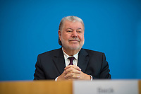 DEU, Deutschland, Germany, Berlin, 13.12.2017: Kurt Beck (SPD), Bundesbeauftragter für die Breitscheidplatz-Opfer, in der Bundespressekonferenz zum Abschlussbericht und Bilanz zum Terroranschlag auf dem Breitscheidplatz am 19.12.2016.