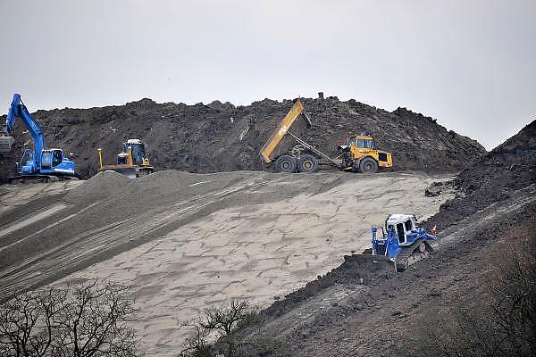 Nederland, Weurt, 29-11-2011De vuinisberg van de ARN, afvalverbranding regio nijmegen, wordt afgedekt met plastic en daarna met zand en zwarte grond zodat het een groene heuvel wordt in het landschap.Foto: Flip Franssen/Hollandse Hoogte