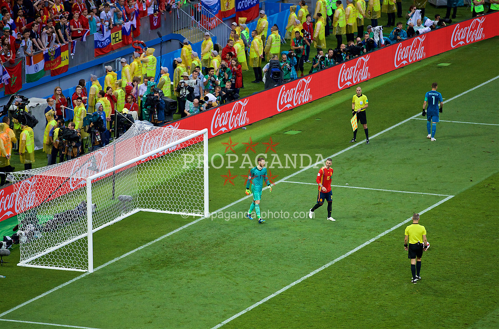 MOSCOW, RUSSIA - Sunday, July 1, 2018: Spain's Sergio Ramos speaks to goalkeeper David De Gea during the penalty shoot-out against Russia during the FIFA World Cup Russia 2018 Round of 16 match between Spain and Russia at the Luzhniki Stadium. Russia won 4-3 on penalties after a 1-1 draw. (Pic by David Rawcliffe/Propaganda)
