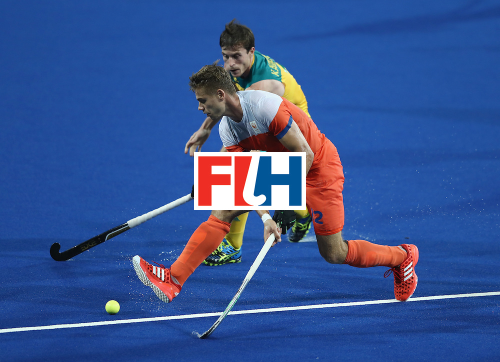 RIO DE JANEIRO, BRAZIL - AUGUST 14:  Sander de Wijn of the Nehterlands controls the bduring the Men's hockey quarter final match between the Netherlands and Australia on Day 9 of the Rio 2016 Olympic Games at the Olympic Hockey Centre on August 14, 2016 in Rio de Janeiro, Brazil.  (Photo by David Rogers/Getty Images)