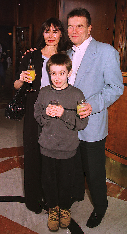 Ballerina MARGUERITE PORTER, her husband actor NICKY HENSON and their son KEATON HENSON, at a luncheon in London on 31st January 1999.MNR 22