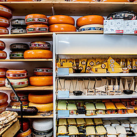 Nederland, Amsterdam, 7 april 2016.<br /> Kaas proeven in Kaaswinkel Cheese Deli aan de Oudezijds Voorburgwal 31.<br /> <br /> Cheese tasting in the cheese shop Cheese Deli! located on the Oudezijds Voorburgwal 31 in Amsterdam, the Netherlands. <br /> <br /> Foto: Jean-Pierre Jans