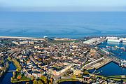 Groningen, Gemeente Delfzijl, 04-11-2018; Delfzijl, overzicht laat de contouren van de (voormalige) vesting zien. Foto richting Eems, in lijn met Damsterdiep, Damsterhaven en Zeehaven.<br /> Delfzijl, overview shows the contours of the (former) fortress. Seen towards river Eems.<br /> luchtfoto (toeslag op standaard tarieven);<br /> aerial photo (additional fee required);<br /> copyright&copy; foto/photo Siebe Swart