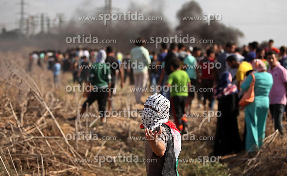 09.10.2015, Gaza city, PSE, Gewalt zwischen Pal&auml;stinensern und Israelis, im Bild Zusammenst&ouml;sse zwischen Pal&auml;stinensischen Demonstranten und Israelischen Sicherheitskr&auml;fte // Palestinian protesters gather during clashes with Israeli security forces near the border fence between Israel and the Gaza Strip on October 9, 2015 east of Gaza City. Tension and protests rose after an Israeli man on 09 October stabbed four Palestinians in southern Israel, in what is being seen as a revenge attack, officials said. On 08 October several violent incidents happened, including stabbings which left eight Israelis injured, one Palestinian was killed in East Jerusalem and six in the Gaza Strip in clashes with the army while at least six were injured on the West Bank, Palestine on 2015/10/09. EXPA Pictures &copy; 2015, PhotoCredit: EXPA/ APAimages/ Ashraf Amra<br /> <br /> *****ATTENTION - for AUT, GER, SUI, ITA, POL, CRO, SRB only*****