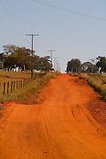 Carneirinho_MG, Brasil...Estrada de terra em Carneirinho, Minas Gerais...A dirty road in Carneirinho, Minas Gerais. ..Foto: LEO DRUMOND / NITRO