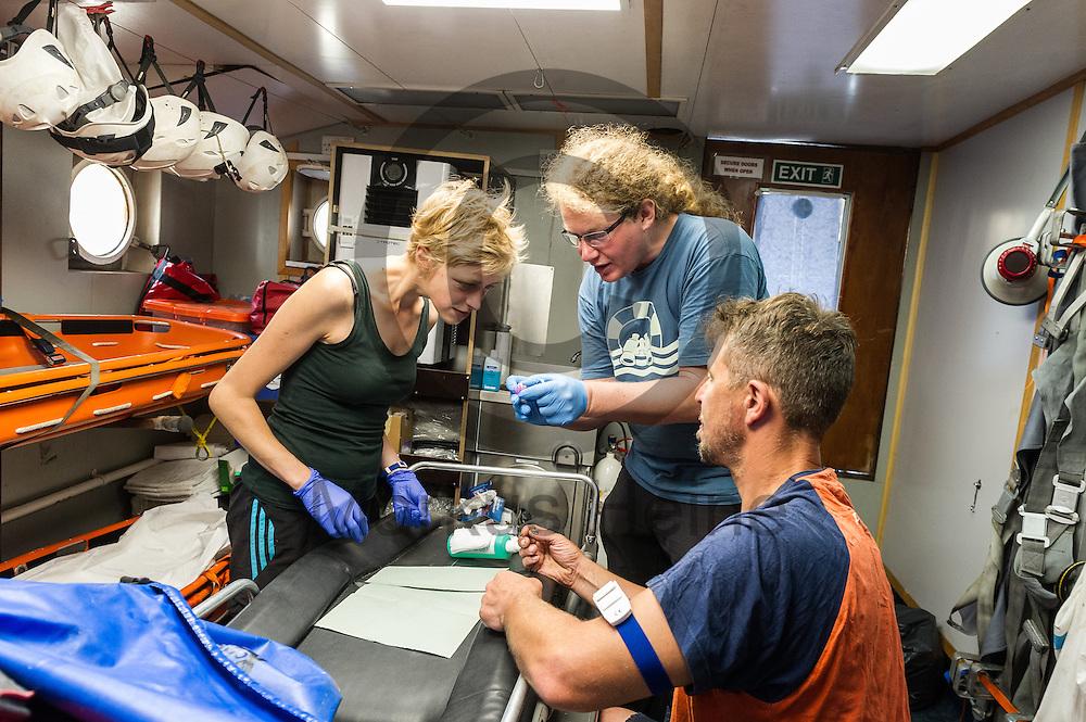 Der Notfallassistent Andreas Krey (r) und der Bordarzt Lothar M&uuml;ller (m) zeigen am 15.09.2016 auf dem Fluechtlingsrettungsboot Sea-Watch 2 im Hafen von Paola, Malta der ersten Offizierin Charlotte Peters wie man einen Zugang legt. Foto: Markus Heine / heineimaging<br /> <br /> ------------------------------<br /> <br /> Veroeffentlichung nur mit Fotografennennung, sowie gegen Honorar und Belegexemplar.<br /> <br /> Publication only with photographers nomination and against payment and specimen copy.<br /> <br /> Bankverbindung:<br /> IBAN: DE65660908000004437497<br /> BIC CODE: GENODE61BBB<br /> Badische Beamten Bank Karlsruhe<br /> <br /> USt-IdNr: DE291853306<br /> <br /> Please note:<br /> All rights reserved! Don't publish without copyright!<br /> <br /> Stand: 09.2016<br /> <br /> ------------------------------