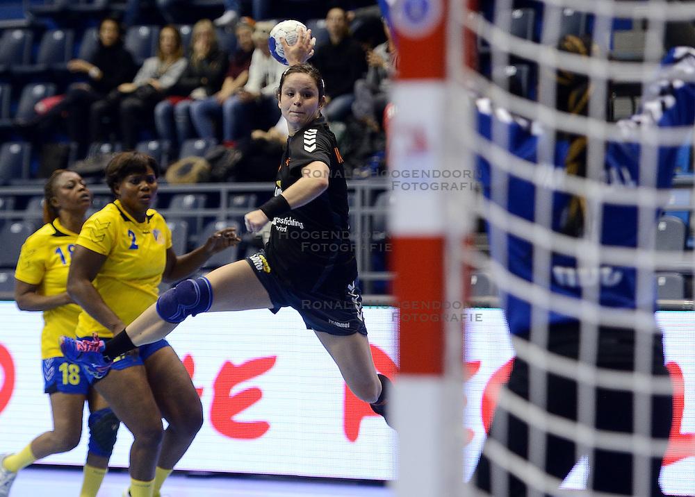 11-12-2013 HANDBAL: WERELD KAMPIOENSCHAP NEDERLAND - CONGO: BELGRADO <br /> 21st Women s Handball World Championship Belgrade / Sharina van Dort<br /> ©2013-WWW.FOTOHOOGENDOORN.NL