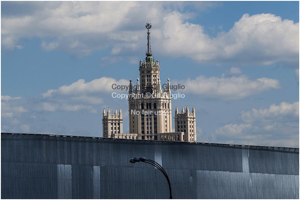 Russie, Moscou, fameux immeuble résidentiel du quai Kotelnicheskaïa vue depuis bord de la Moscova  // Moscow , famous residential building of Kotelnicheskaia embankment from Moscova riverside