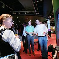 Nederland, Utrecht , 9 september 2009..Frismakers evenement..Het bijzondere van Frismakers is dat innovatiemanagers van topbedrijven (zie hieronder) in 300 seconden hun innovatieprojecten met elkaar delen. .10  300 seconden presentaties per 2 maandelijkse editie. .Innovatie begint  steeds belangrijker te worden in deze economische neerwaarste beweging en wij een mooie grote groep bedrijven op het gebied van innovatie (uniek) bijelkaar weten te krijgen en met elkaar over hun innovaties te laten sparren. Participants: DSM, SaraLee, Danone, Free Record Shop, Univé, Wehkamp, Aviko, BASF, Royal Haskoning, Volker Wessels, Kema, The Greenery, Smurfit Kappa Zede..Speed presentation sessions of  innovation managers during Frismakers (fresh makers) event, showing each other their innovation projects.