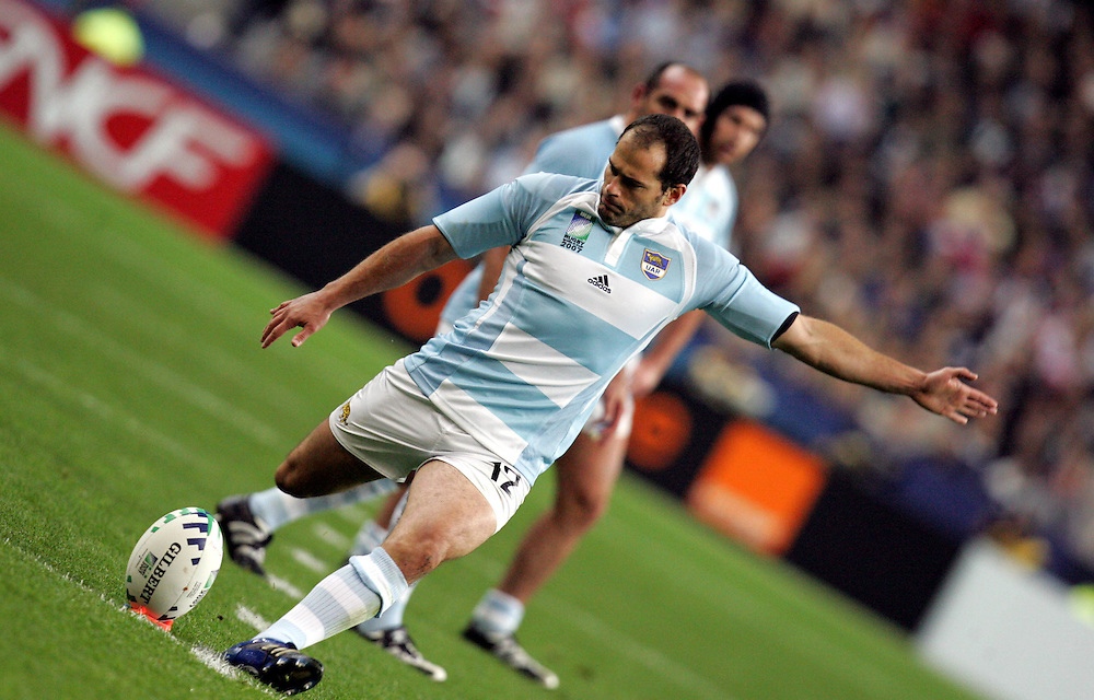 Felipe Contepomi kicks a penalty for Argentina. Argentina v Scotland (19 - 13) Stade de France, St Dennis, 07/10/2007, Quarter Final Match 44. Rugby World Cup 2007
