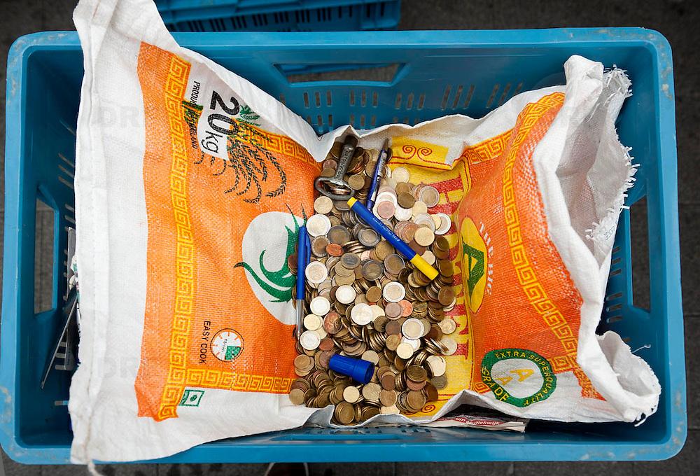 Nederlands Amsterdam Bijlmermeer 29 maart 2011 20110329 Wijkmarkt Kraaiennest, contant geld, inkomsten uit verkoop op de markt. Foto: David Rozing