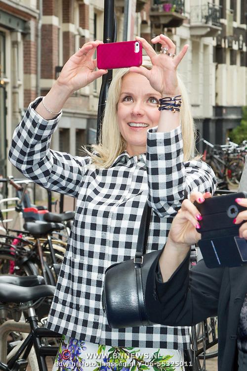 NLD/Amsterdam/20150620- Filmpremiere Code M, Suze Mens maakt foto met haar iphone