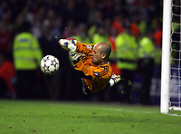 Hero's Pepe Reina makes Dramatic save from Chelsea's Arjen Robben<br />