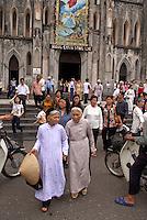 Vietnam. Hanoi. Sortie de la messe dominicale de la cathédrale St. Joseph. // Vietnam. Hanoi. Sunday Mass at St. Joseph cathedral.
