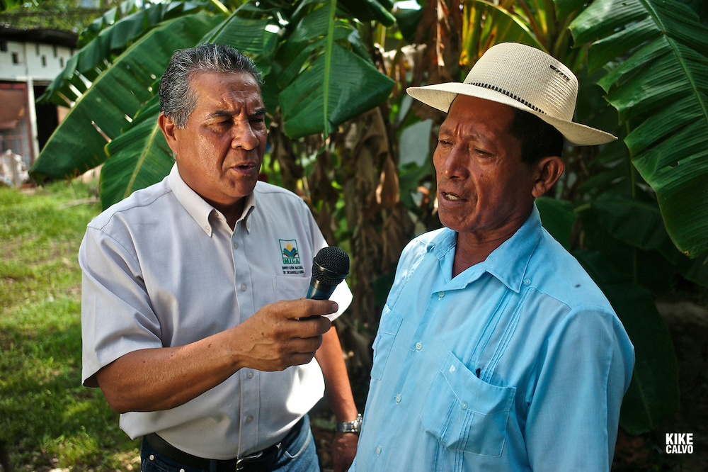?Construyendo territorios?  radio show, with Bolivar González from the MIDA interviewing Gilberto Rodriguez, a farmer from El Cuay de Santa Fe. .Agriculture Ministry. National Direction for Rural Development.
