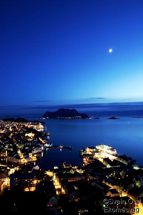 Ålesund 20050513. Hurtigruta ligger til kai ved Skansekaia (th) i vakkert måneskinn<br /> <br /> Photo of Aalesund in beautiful moonlight.<br /> <br /> Foto: Svein Ove Ekornesvåg