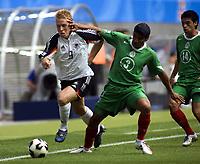 Mike Hanke (Deutschland, li.) gegen Carlos Salcido (Mitte), Gonzalo Pineda (li., beide Mexiko) schaut zu; Spiel um  Platz drei, 3, Deutschland - Mexico 4:3,<br /> Norway only