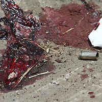 Zinacantepec, Mex.- Juan Antonio Dotor Rojas, abogado criminalista recibió al menos dos impactos de bala, uno de ellos en el cuello, al sufrir un atentado cuando salia esta tarde de una audiencia de los juzgados ubicados en el penal estatal de Santiaguito, el vehiculo en que viajaba el abogado, junto con una acompañante que resultó ilesa, quedó impactado en el camellón central de la carretera que lleva del penal a la ciudad de Toluca presentando 11 impactos de bala en el parabrisas, los sujetos lograron darse a la fuga. Agencia MVT / Mario Vazquez de la Torre. (DIGITAL)<br /> <br /> NO ARCHIVAR - NO ARCHIVE