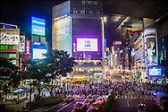Människor skyndar över Shibuya Crossing i Tokyo.