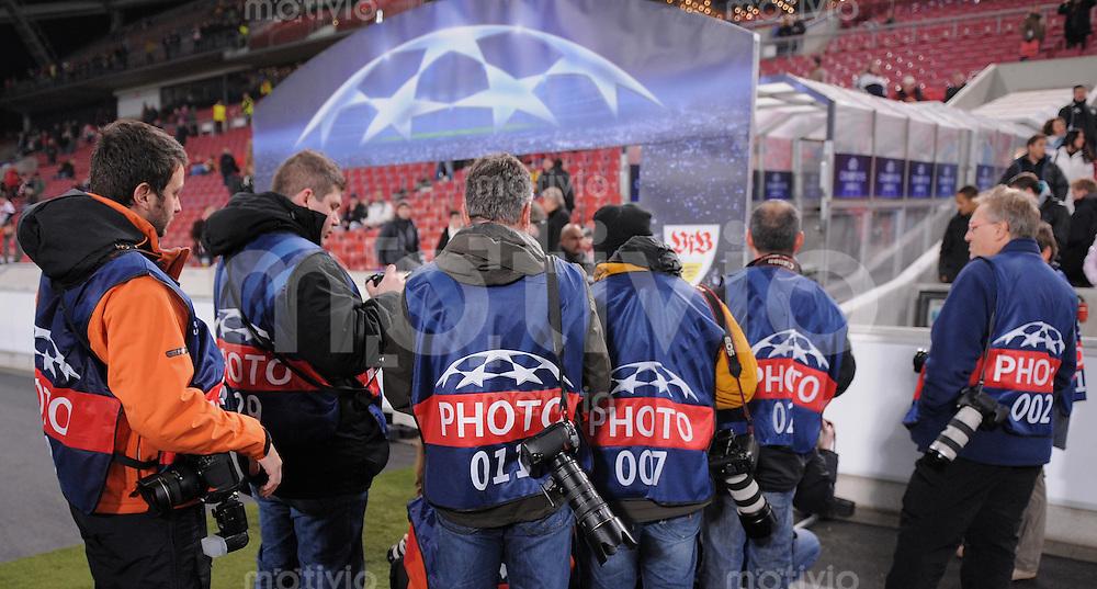 FUSSBALL  International  Champions League  SAISON 2009/2010   09.12.2009 VfB Stuttgart - FC Unirea Urziceni Fotografen warten auf den neuer VfB Trainer Christian Gross