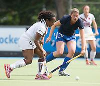 UTRECHT -  Maartje Scheepstra met Els Brouwer (r) tijdens de finale Veteranen hoofdklasse A dames tussen Kampong en Amsterdam. Kampong wint na shoot out. COPYRIGHT KOEN SUYK