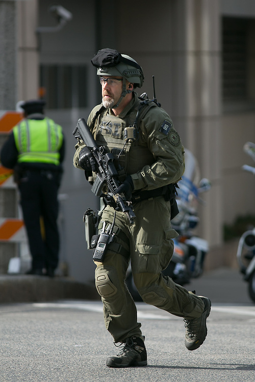 Boston, MA 04/15/2013.An FBI agent dressed in tactical gear runs down Exeter Street after two explosions at the end of the Boston Marathon on Monday..Alex Jones / www.alexjonesphoto.com