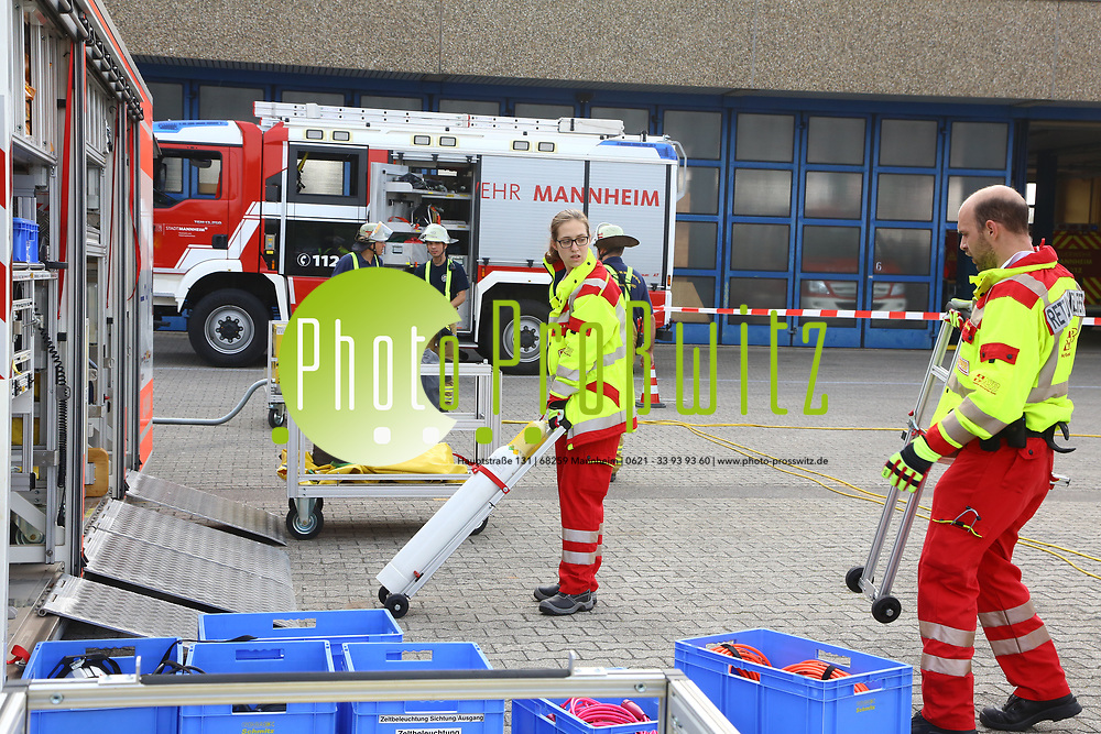 Mannheim. 26.08.17   &Uuml;bung am AB MANV.<br /> K&auml;fertal. Feuerwache Nord. &Uuml;bung von Feuerwehr und ASB am Abrollbeh&auml;lter Massenanfall von Verletzten (AB-MANV).<br /> Die durch die Firma GIMAEX-Schmitz in Luckenwalde ausgebauten AB-MANV verf&uuml;gen &uuml;ber eine umfangreiche technische und medizinische Beladung, die den Aufbau und den Betrieb eines Behandlungsplatzes f&uuml;r insgesamt bis zu f&uuml;nfzig Patienten erm&ouml;glicht.<br /> Als &Uuml;bungsszenario wird eine explosion in einem Kaufhaus dargestellt.<br /> <br /> <br /> <br /> BILD- ID 2331  <br /> Bild: Markus Prosswitz 26AUG17 / masterpress (Bild ist honorarpflichtig - No Model Release!)