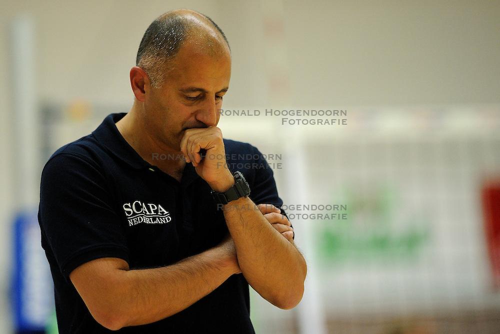 27-10-2012 VOLLEYBAL: VV ALTERNO - SLIEDRECHT SPORT: APELDOORN<br /> Sliedrecht Sport wint met 3-1 van Alterno / Trainer-Coach Ali Moghaddasian<br /> &copy;2012-FotoHoogendoorn.nl