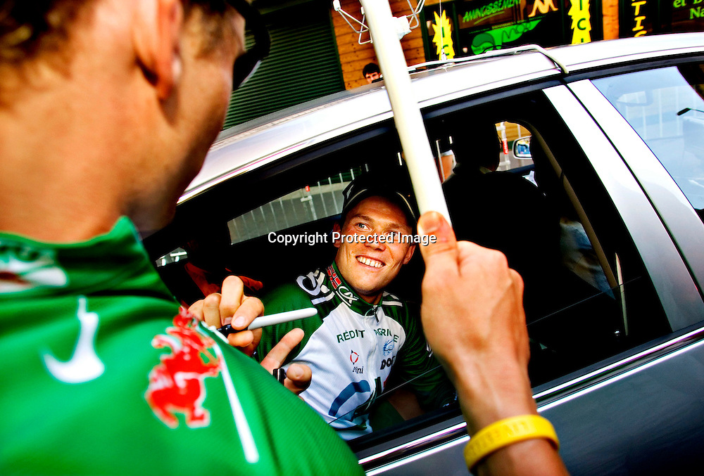 Le Puy-En Velay, 20050722. Tour de France 2005. Thor Hushovd signerer den grønne trøya til en ivrig norsk tilskuer og sier: - Det var litt av en brystkasse! Gir autograf.. ..Foto: Daniel Sannum Lauten/ Dagbladet *** Local Caption *** Hushovd,Thor ..