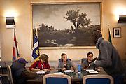 I migranti delle palazzine olimpiche dell'ex-moi, occupano -simbolicamente- per la terza volta l'anagrafe centrale di Torino, per rivendicare la necessità della residenza e per poter quindi accedere ai servizi di base. Nell'immagine, al termine della tavola rotonda fra le istituzioni cittadine e i rappresentanti dei migranti, questi ultimi vengono recensiti dagli addetti del comune. Un primo passo per accedere alla residenza, di cui non hanno ancora sicurezza.