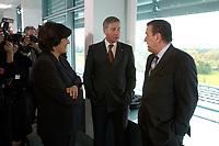 22 OCT 2003, BERLIN/GERMANY:<br /> Ulla Schmidt (L), SPD, Bundesgesundheitsministerin, und Wolfgang Clement (M), SPD, Bundeswirtschaftsminister, und Gerhard Schroeder (R), SPD, Bundeskanzler, im Gespraech, vor Beginn einer Kabinettsitzung, Bundeskanzleramt<br /> IMAGE: 20031022-01-018<br /> KEYWORDS: Kabinett, Sitzung, Gespräch, Gerhard Schröder