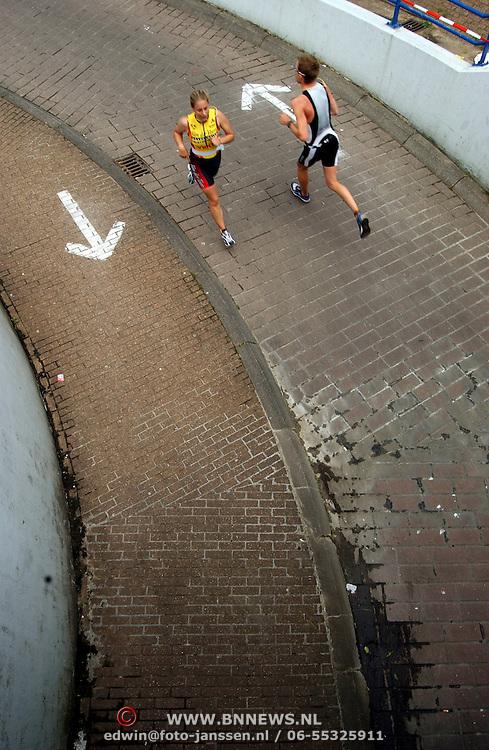 Tiathlon Huizen 2002, deelnemers onder brug door