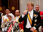 Koning Willem-Alexander, koningin Maxima, president Halimah Yacob van de Republiek Singapore en haar echtgenoot Mohamed Abdullah Alhabshee in het Koninklijk Paleis voorafgaand aan het staatsbanket.<br /> <br /> King Willem-Alexander, Queen Maxima, President Halimah Yacob of the Republic of Singapore and her husband Mohamed Abdullah Alhabshee in the Royal Palace prior to the state banquet.