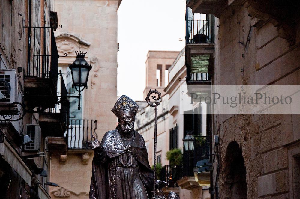 Lecce - Festeggiamenti in onore di Sant'Oronzo, San Giusto e San Fortunato. La statua in argento di Sant'Oronzo sfila per le vie del centro storico di Lecce. La processione parte dal Duomo e segue un percorso prestabilito tra le vie antiche per poi chiudere in Piazza Sant'Oronzo.