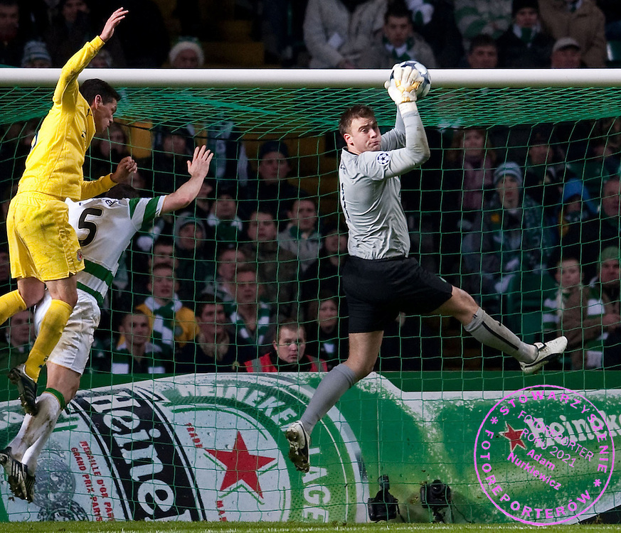 10/12/08 CHAMPIONS LEAGUE.CELTIC v VILLARREAL (2-0).CELTIC PARK - GLASGOW.Celtic goalkeeper Artur Boruc claims the cross ball