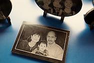 Dans un magasin pour touristes de l'ile de Shamian a Canton, une pierre gravee representant une famille avec un enfant chinois adopte. Ce genre de souvenir est populaire aupres de nombreuse familles adoptantes.