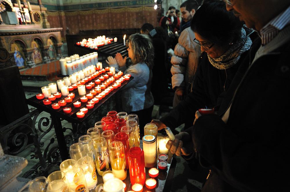 25 mars 2016: Des fidèles se receuillent dans la basilique Saint-Denys d'Argenteuil lors de l'ostension exceptionnelle de la Sainte Tunique. Argenteuil, 95. France.