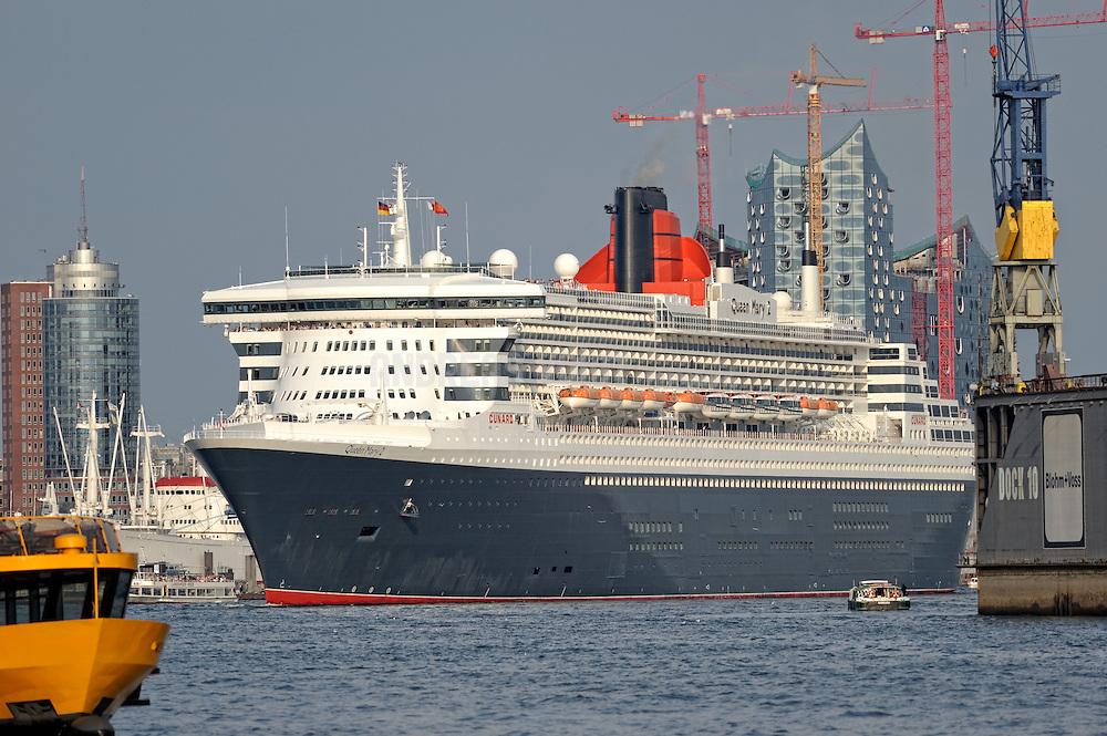 Queen Mary 2 vor der Elbphilharmonie bei der Ausfahrt aus dem Hafen.